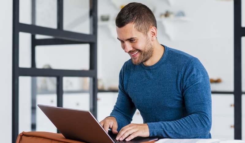 Persona realizando un pago de servicios en línea