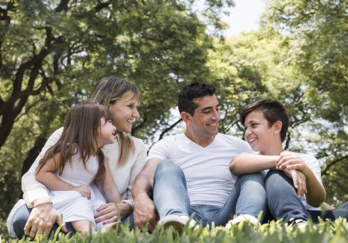 Familia feliz sentada al aire libre